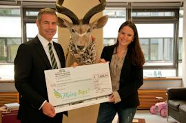 Dr. Dergham überreicht eine Spende an die Stiftung Flying Hope