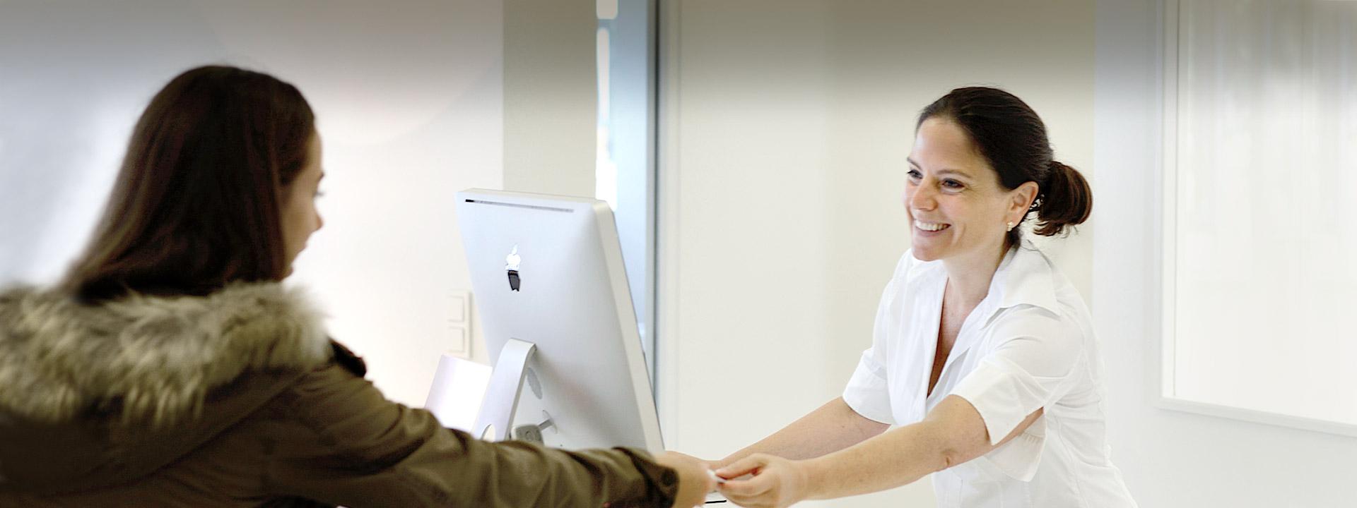 Dr. Dergham in Interaktion mit einer Patientin
